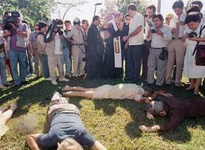 16 Nov 1989 San Jacinto Reporters and others gather around the bodies of murdered priests.